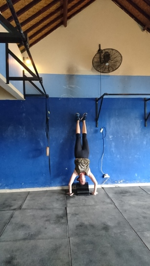 Trainer Cornelia showing a hand stand push up